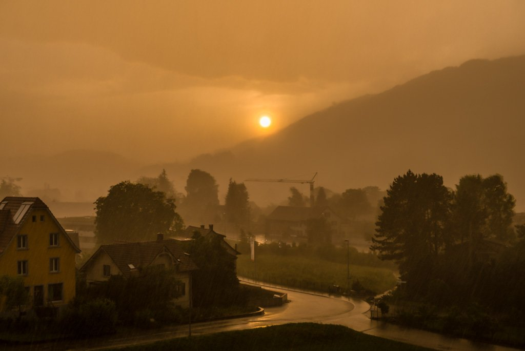 Heftiges Gewitter bei Sonnenuntergang