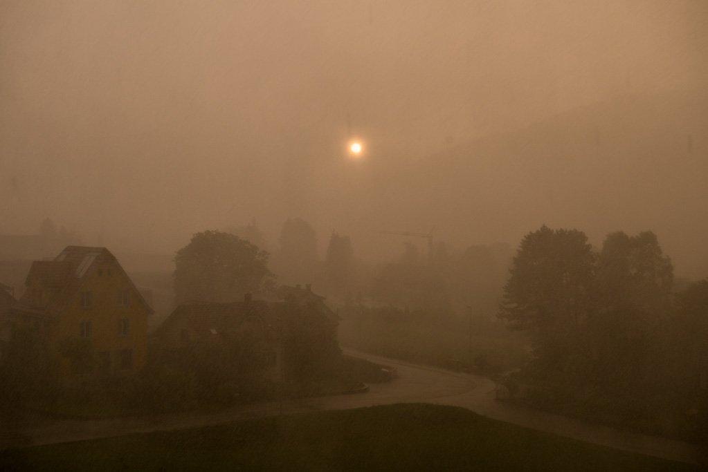 Sonnenuntergang bei heftigem Gewitter