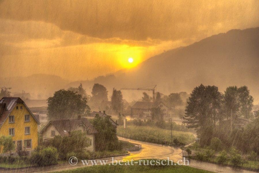 Heftiges Gewitter kurz vor Sonnenuntergang