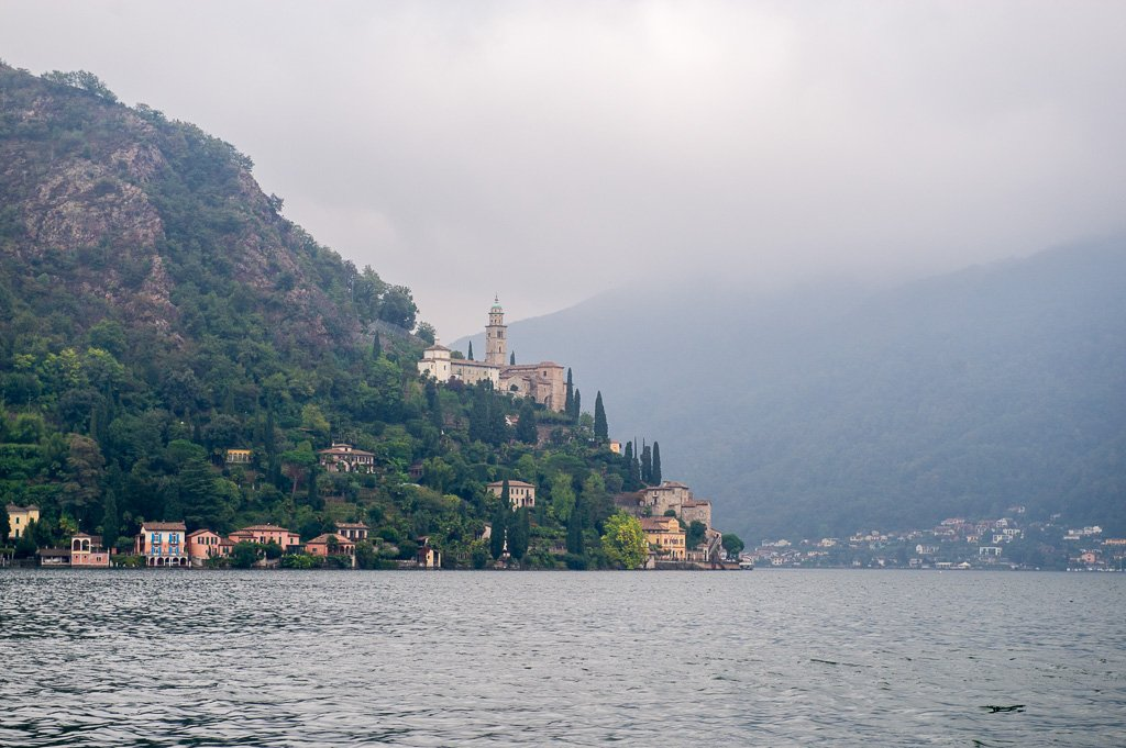 Morcote im Nebel, Vorbeifahrt auf dem Weg nach Lugano