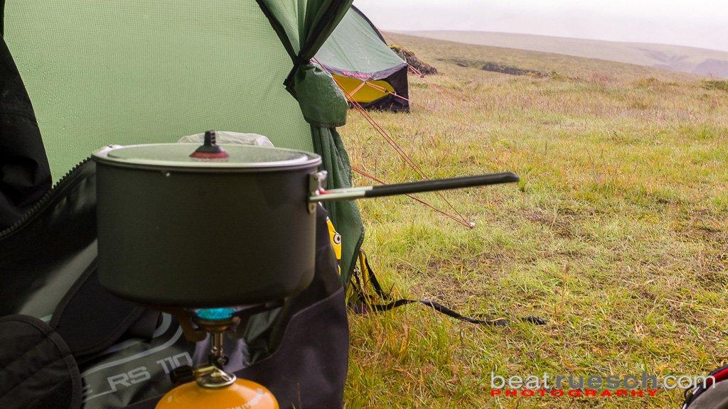 Kochen und Essen im Zelt bei Dauerregen