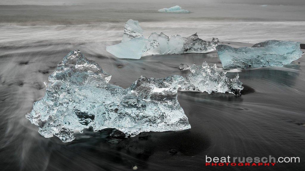 Gletschereis am schwarzen Strand bei Jökulsárlón