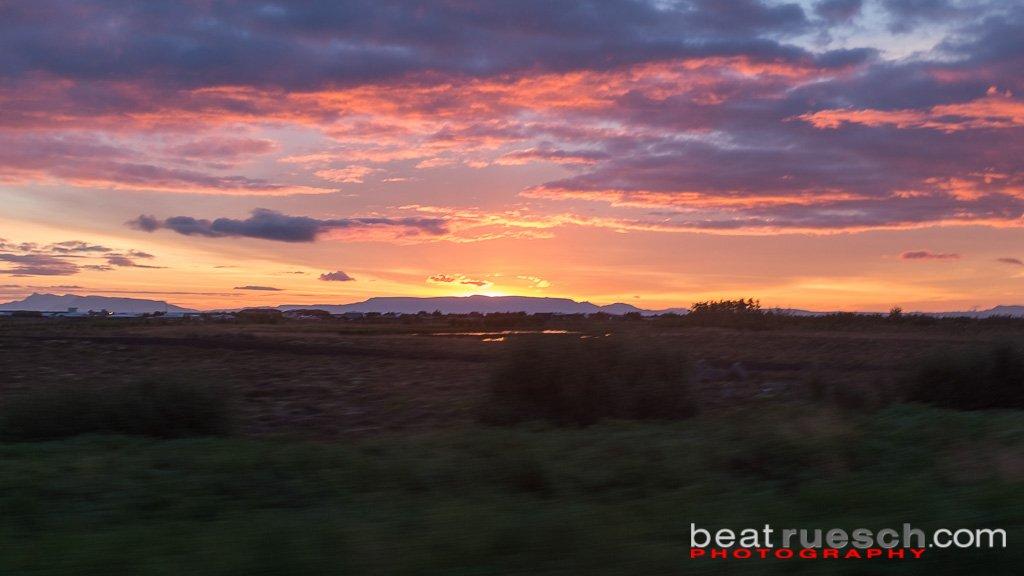 Sonnenaufgang auf dem Weg zum Flughafen (aus dem fahrenden Auto)