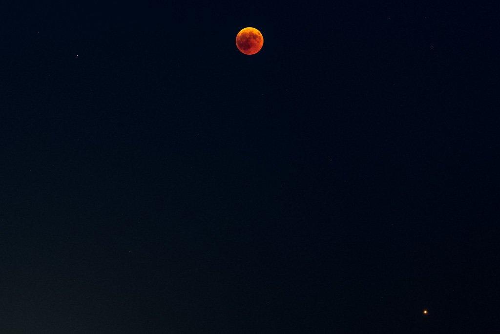 Blutmond mit Mars (rechts unten)