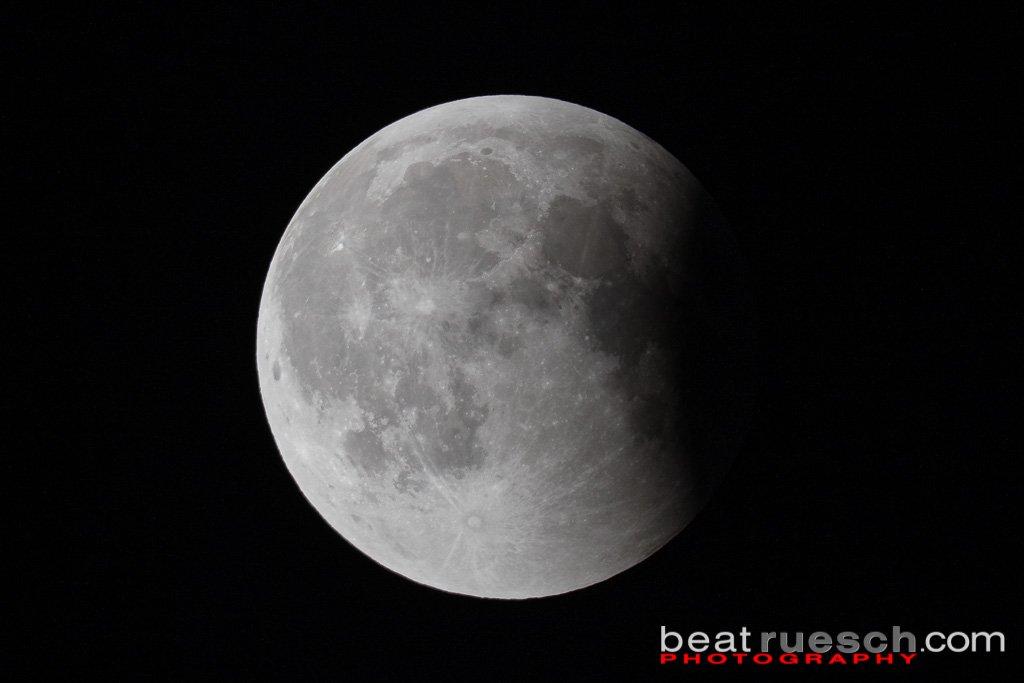 Kurz vor Ende der Mondfinsternis