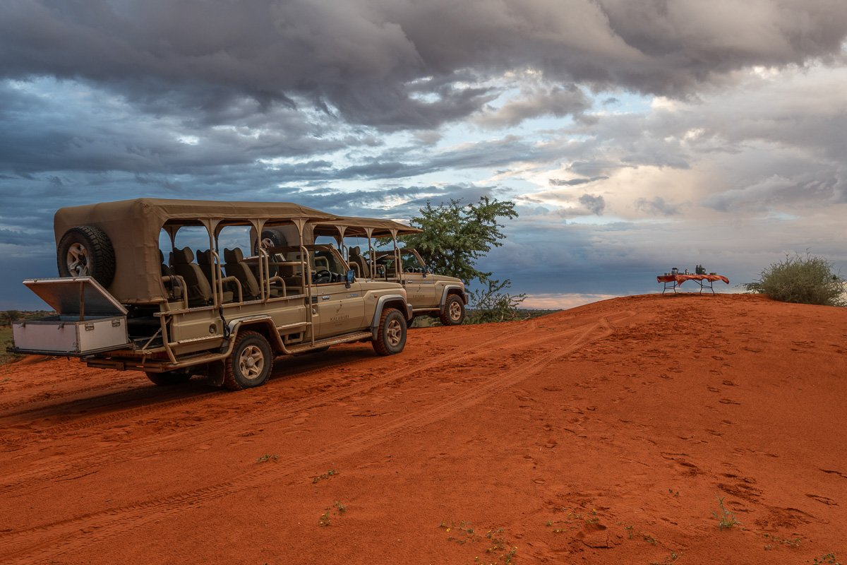 Sonnenaufgang mit Kaffee in der Kalahari Halbwüste