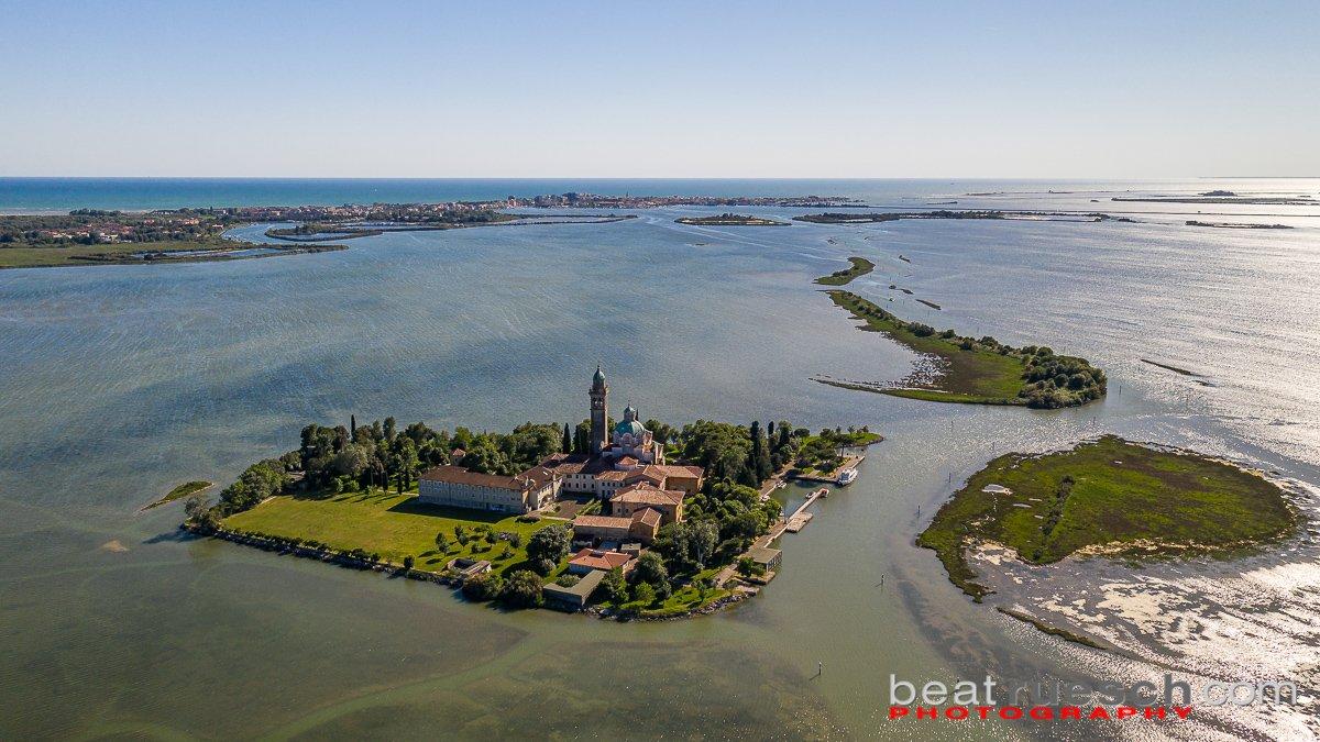 Mit der Drohne - Santuario di Barbana - im Hintergrund; Grado
