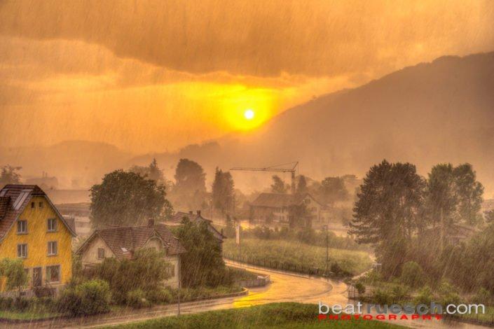 Heftiges Gewitter kurz vor Sonnenuntergang (HDR)